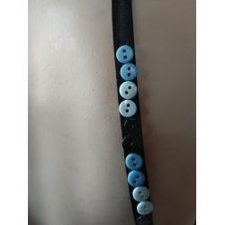Zwart met knoopjes blauw/wit